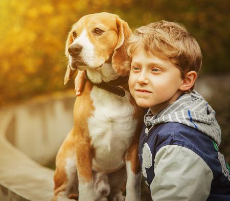 ビーグル犬の肖像画を持つ少年