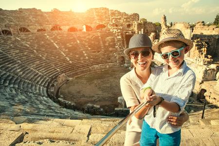Moeder met zoon neem een selfie foto in antieke theater