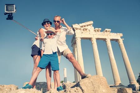 teatro antiguo: Familia tomar un video selfie en la visión antigua columnata Foto de archivo