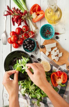 ensalada de frutas: Vegetariana baja en calorías preparación de la ensalada griega vista desde arriba Foto de archivo