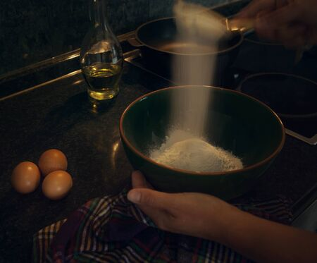 flour: Proceso de cocción Pancakes. Tamizar la harina