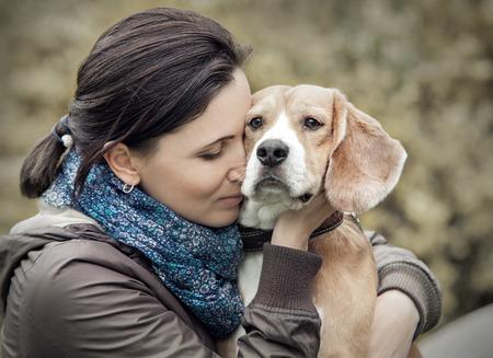 여자와 그녀의 마음에 드는 강아지 초상화