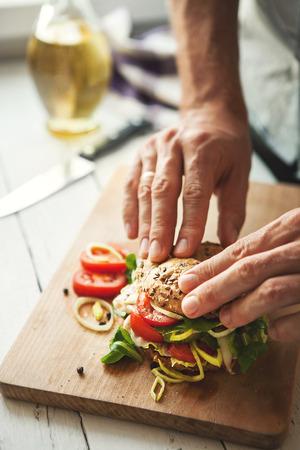 Man preparing big sandwich Standard-Bild