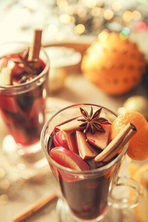 vin chaud: Gros plan d'image boisson vin chaud aux épices Banque d'images