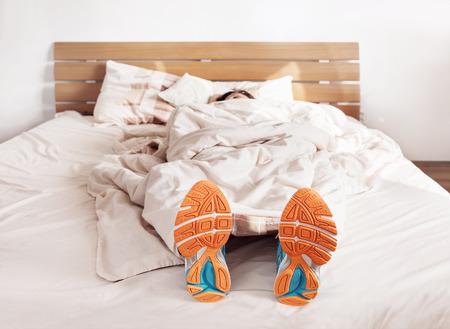 mujeres fitness: Todo el tiempo listo para correr. Runner dormir en zapatos de la comodidad de gesti�n Foto de archivo