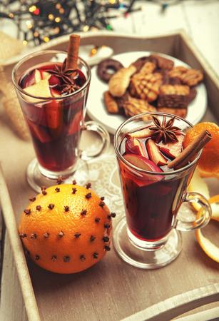 vin chaud: Boisson chaude de vin dans de grands verres avec d�coration de No�l de temps
