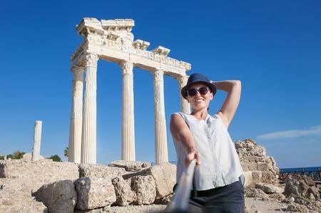 templo: Bastante joven toma una foto propia en la visi�n antigua del templo. Templo de Apolo, cara, Turqu�a