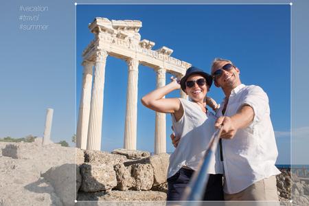 donna innamorata: Coppie divertenti prendere foto auto vicino al Tempio di Apollo, Side, Turchia