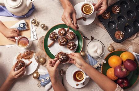 Advent tijd. Gezin theekransje met zelfgemaakte muffins