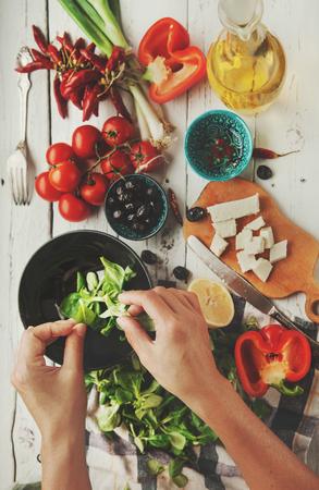 Proceso de cocción Ensalada griega fresca Foto de archivo - 49715538