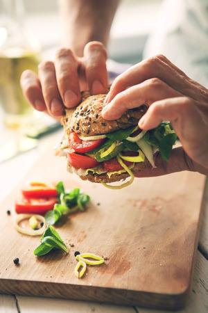 Les mains de l'homme avec en sandwich image rapprochée Banque d'images - 50132668