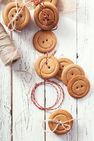galletas de navidad: botones de galletas de jengibre de Navidad tradicionales Foto de archivo