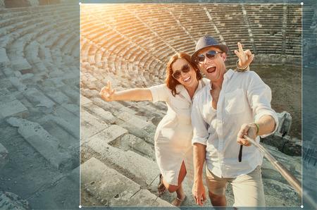 jovenes felices: Feliz pareja joven tener auto foto en el anfiteatro lateral
