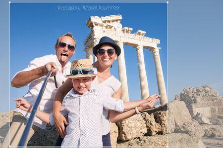 viaje familia: Feliz foto viajes selfie familia cultivo de participación en la red social. Templo de Apolo, cara, Turquía