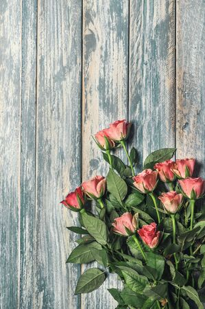 bouqet: Grunge wooden background with pink roses bouqet