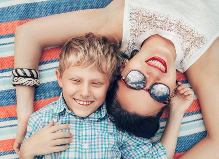 mama e hijo: madre sonriente feliz y el retrato del hijo Foto de archivo
