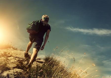 personas saludables: Subida del hombre en la colina de la montaña Foto de archivo