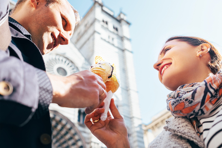 italienisches essen: Ein Paar in der Liebe Eis essen während ihrer italienischen Reise
