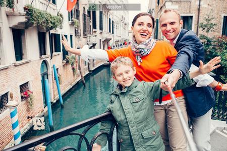 Happy family prendre une photo de soi sur l'un des ponts à Venise Banque d'images
