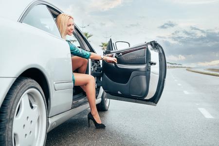Belle jeune femme sortit frome sa voiture sur la route