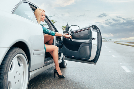 Mooie jonge dame kwam Frome haar auto op de weg