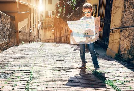 Jonge toerist met een plattegrond van de stad verblijf op het oude Italiaanse straat