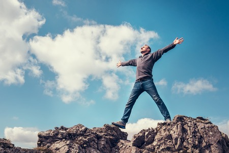 De mens geniet van de vrijheid te voelen op de top van de berg Stockfoto - 59023938