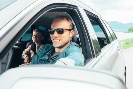 父と息子に車の窓から外を見る