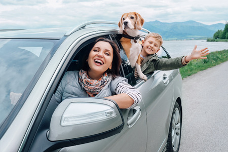 Mutlu aile arabası pencerelerden dışarı bakmak Stok Fotoğraf