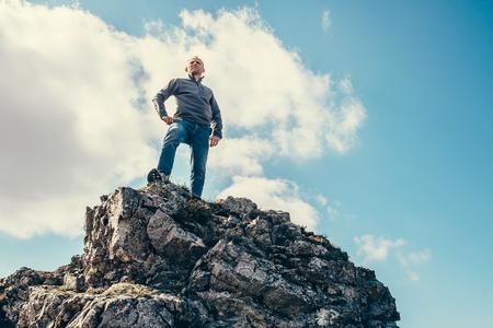 estancia hombre en la cima de la montaña