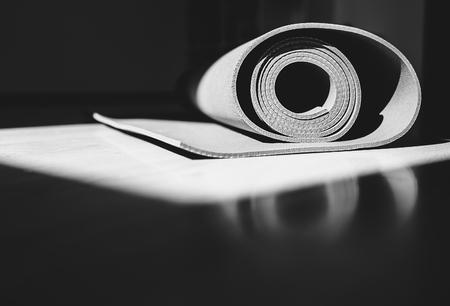 Tapis de Yoga est sur le plancher de l'image en noir et blanc