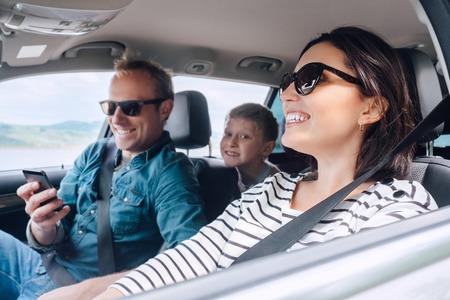 Gelukkige familie rijden in een auto Stockfoto