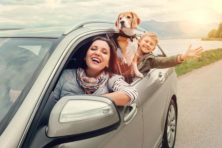Gelukkige familie kijkt uit van autoruiten