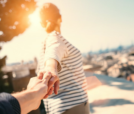 Viaggio insieme da vicino l'immagine presa coppia mano