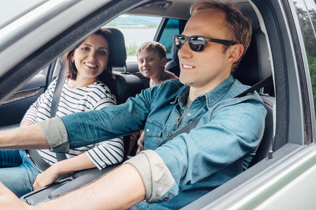 Family into the car Standard-Bild