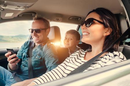 montar a caballo de la familia feliz en un coche