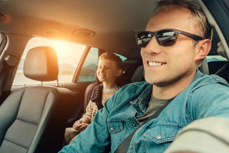 Vader met zoon gaan in de auto Stockfoto