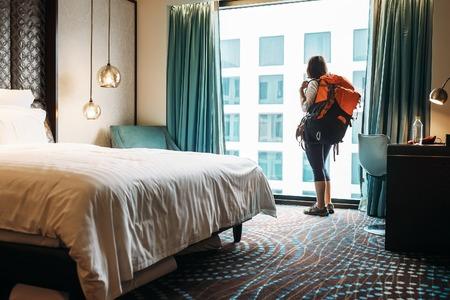séjour Femme backpacker voyageur en haute qualité chambre d'hôtel
