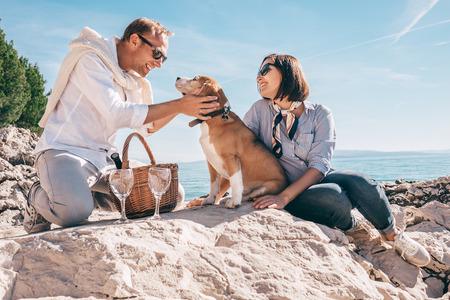 Romantische picnick auf der Meerseite Standard-Bild - 70261663