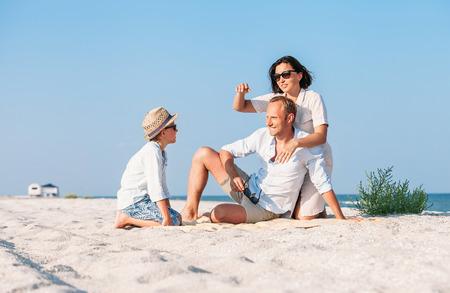 家族が砂漠の砂の海ビーチで休暇を過ごした