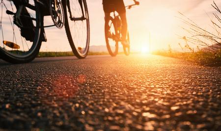 Bike Wheels close up Bild auf Asphalt Sonnenuntergang Straße Standard-Bild