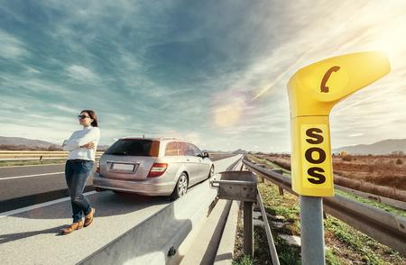 SOS servicepunt op de snelweg - vrouw achter het stuur heeft een probleem met de auto