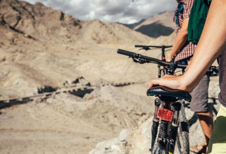 自転車のサドルにイメージの男の手を閉じます。ヒマラヤ山脈の 2 つの岩木自転車 写真素材 - 76296655