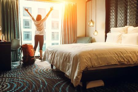 Gelukkig backpacker reiziger verblijf in hoge kwaliteit hotel Stockfoto