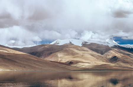 ツォ モリリー湖湖 - 水面にミラー山