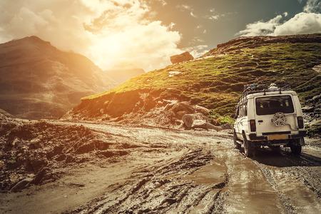 雨季にはオフロード車が登山道に行く