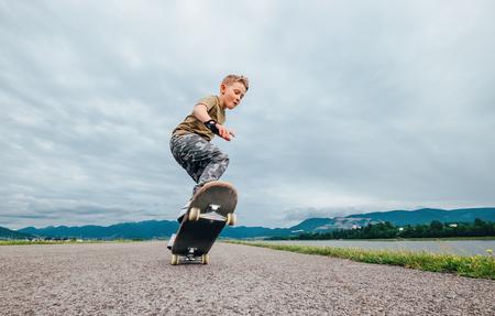 젊은 skateboarder 스케이트 보드와 트릭을 만들