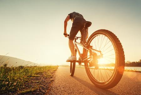화창한 오후에 빠른 자전거 타는 사람