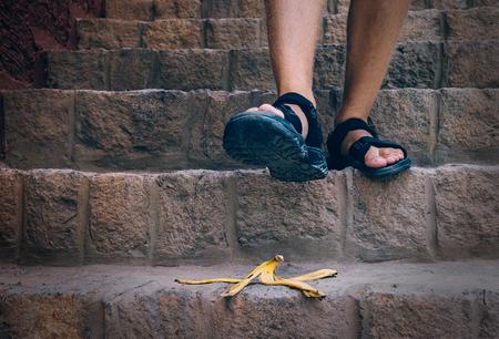 바나나 껍질이 계단에 있습니다 - 여행자가 계단을 밟을 수 있습니다. 스톡 콘텐츠