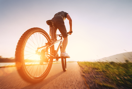 Snelle fietser op een zonnige middag